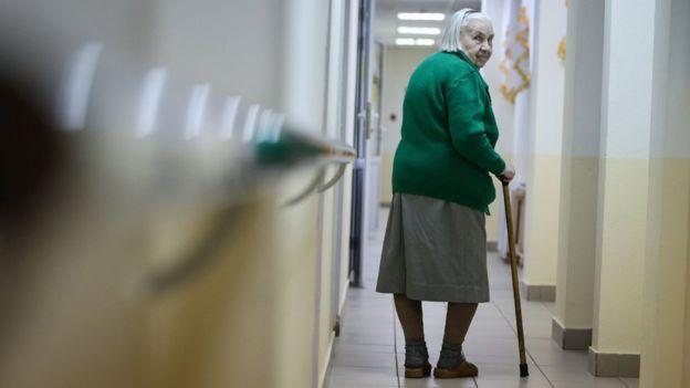 Простушками русскую пожилую по кругу