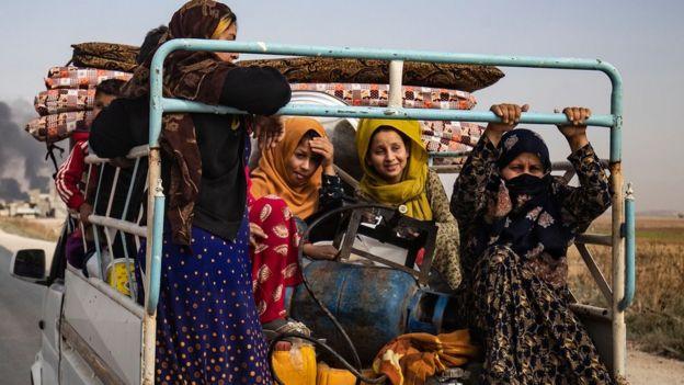 لاجئون أكراد يفرون من مناطق المعارك