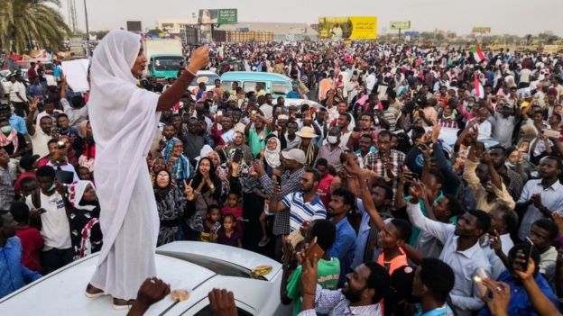 Sudan'daki demokrasi yanlısı protestocular, iktidar sivil bir yönetime geçene kadar gösterilere devam edeceklerini söylüyor