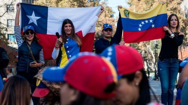 Inmigrantes venezolanas en Chile durante una protesta contra el gobierno de Nicolás Maduro