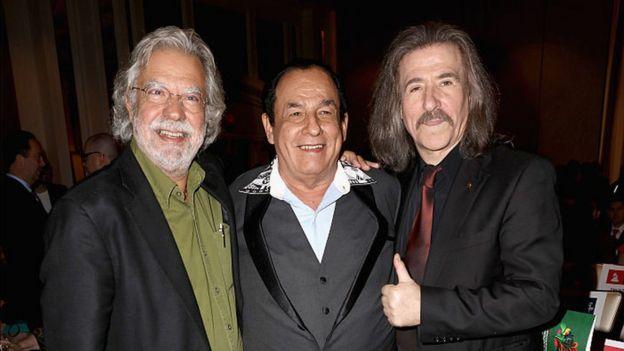Carlos Mejía Godoy con Óscar Gómez (izquierda) en la entrega de los Grammy latinos.