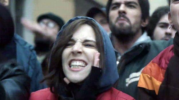 Soledad en la película, gritando en una protesta