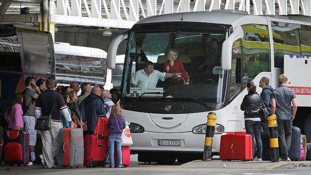 Pasajeros abordan un autobús con destino a Polonia en la estación de autobuses de Victoria, en Londres, el 20 de mayo de 2009.