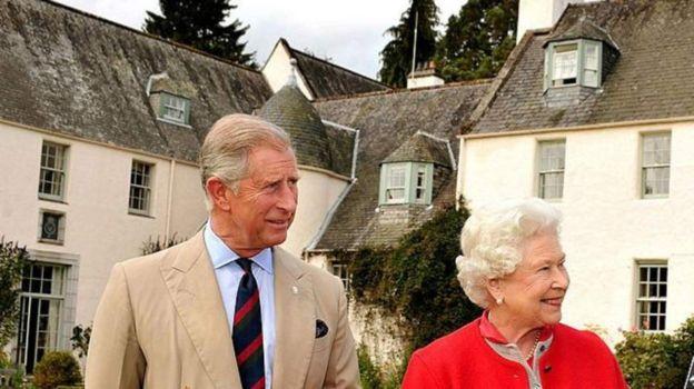 Mwanamfalme Charles na mama yake Queen Elizabeth