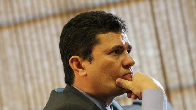 Sergio Moro de perfil, dentro de um escritório