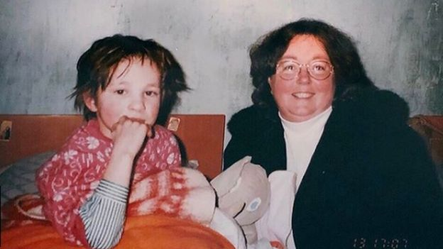 Oksana Masters de niña con su madre adoptiva