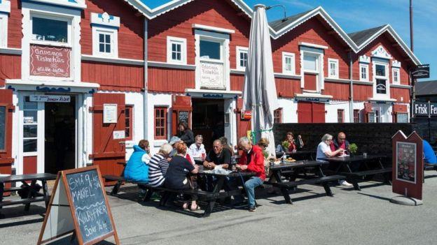Dinamarqueses sentados em mesa ao ar livre