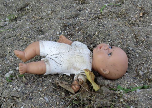 Muñeco abandonado.