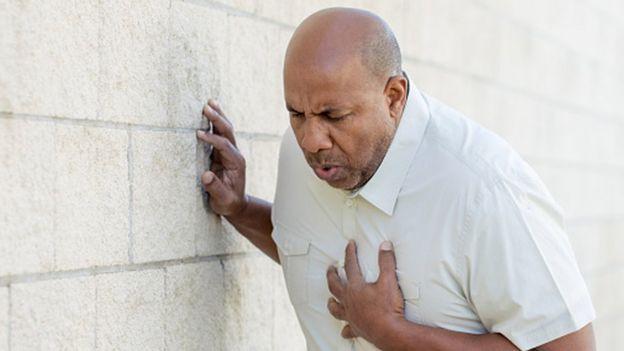 Un hombre con dolor agudo en el pecho