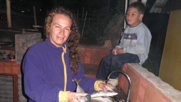 Helen Fajardo junto a su hijo Joaquín.