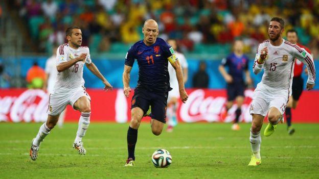 Robben en acción frente a Sergio Ramos y Jordi Alba.