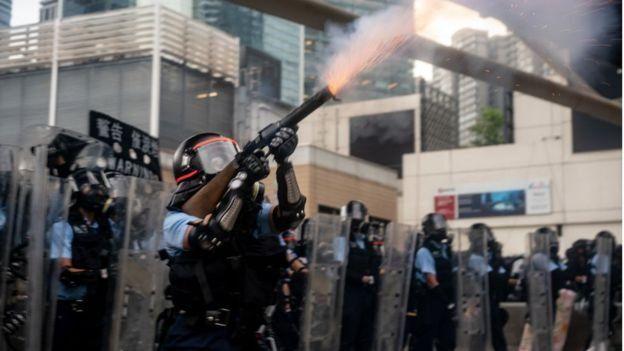 Поліція стріляє в демонстрантів