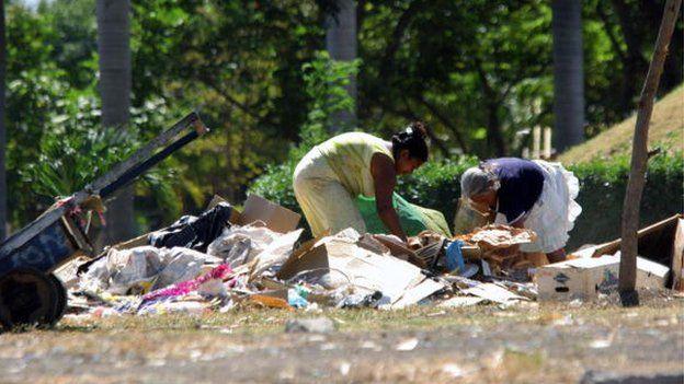 Dos mujeres revuelven la basura en Nicaragua.