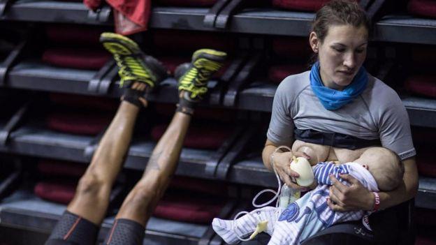 Sophie Power dando amamantando a su bebé durante una extenuante carrera de 170 km en Mont Blanc.