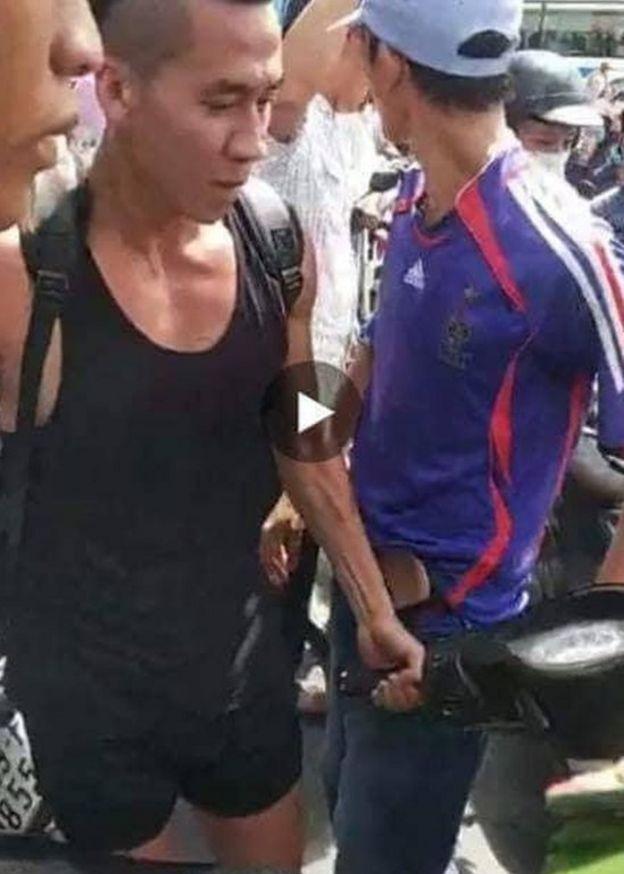 Hình ảnh Wil dắt xe máy dọn đường cho người biểu tình hôm 10/6