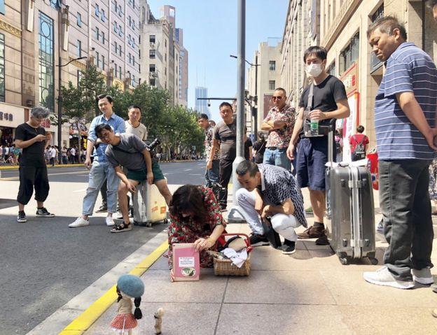 Eileen Lam preparando una de sus fotos