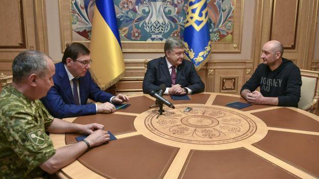 Arkady Babchenko con el presidente de Ucrania Petro Poroshenko (centro) y el jefe del servicio de seguridad Vasyl Hrytsak