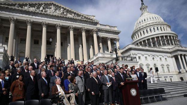 """Legisladores entonan una canción patriótica """"God Bless America"""" en las escalinatas del Capitolio, en Washington"""