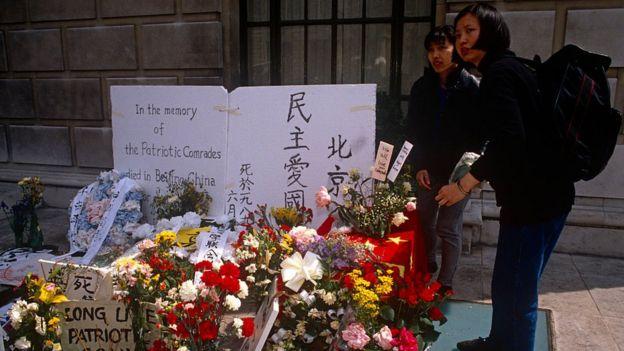 Nhiều người đặt hoa bên ngoài văn phòng Đại sứ quán Trung Quốc tại London, một ngày sau khi cuộc thảm sát 4/6/1989 xảy ra
