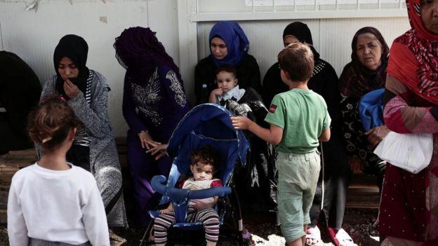 Mujeres y niños en el campamento de Moira