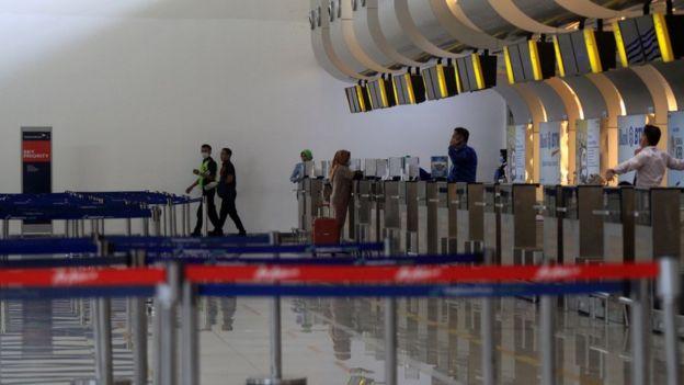 Penumpang pesawat melakukan check in di Terminal 2 Bandara Internasional Juanda Sidoarjo, Jawa Timur, Selasa (24/03).