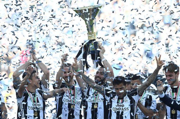 Jugadores de la Juve levantan la copa
