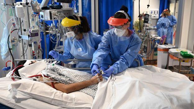 Пациенты и медики в одной из британских больниц