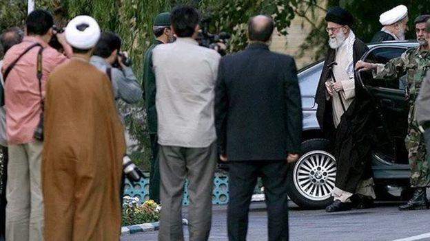 رهبر ایران در یکی از بازدیدهایش از مراکز نظامی در تهران. محمد محمدی گلپایگانی هم در این سمت راست تصویر دیده می شود