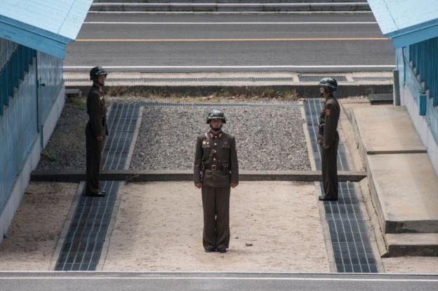 سربازان کره شمالی در خط جداساز میان دو کره
