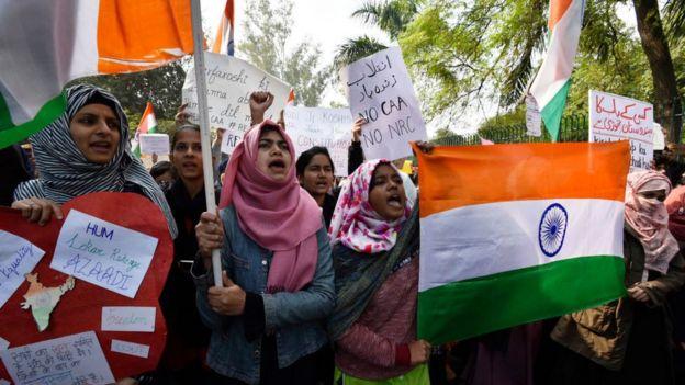 Yeni Delhi'de yaşayan Müslüman öğrenciler protestolara katıldı.