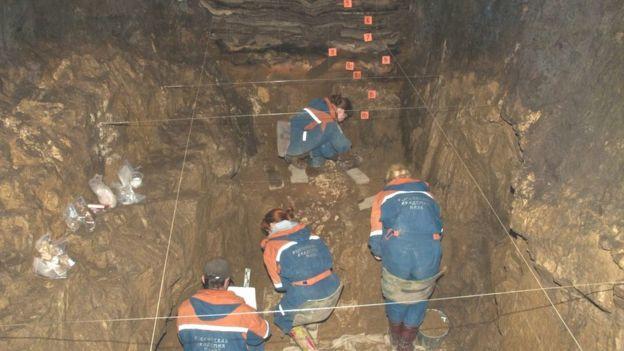 Excavaciones en la cueva.