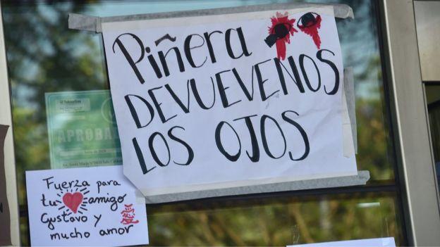 pancartas con mensajes sobre Gustavo Gatica