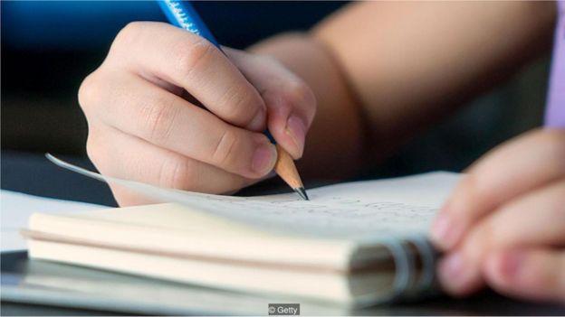 Crianças faz dever de casa