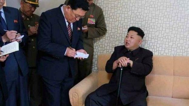 """2014年10月金正恩""""失踪""""后露面,朝鲜《劳动新闻》报道"""