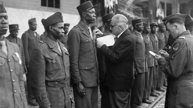 Soldados senegaleses siendo condecorados al final de la Segunda Guerra Mundial.