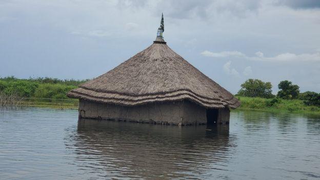 घर पानी से डूब गए