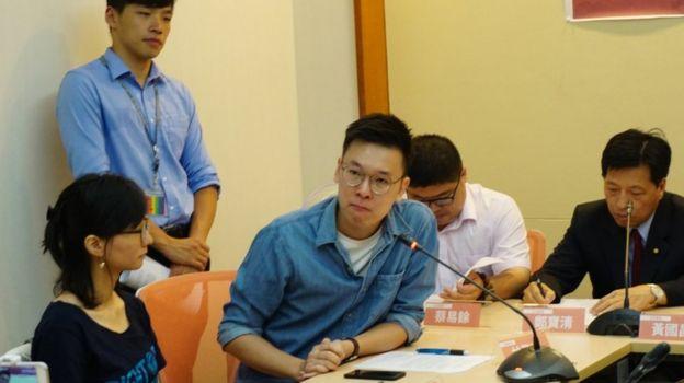 林飛帆(後)與陳為廷(前中)在台灣立法院出席時代力量黨聲援香港「雨傘運動」被告人記者會上(台灣中央社圖片16/8/2017)