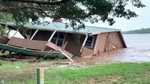 Un casa se cae al río en Oklahoma.