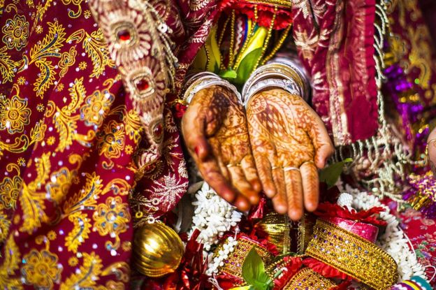 Novia con manos pintadas de henna en India
