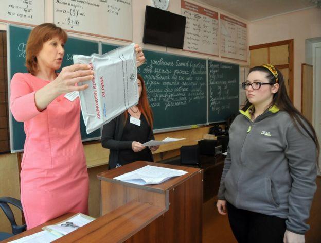 Учні з Донбасу і Криму мають зареєструватись у школі на підконтрольній території, аби скласти ЗНО, і прийти на тестування особисто