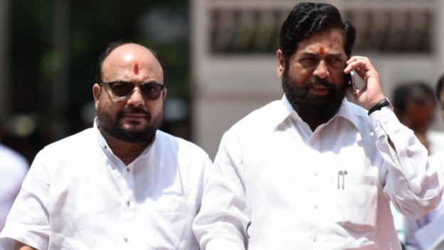 El ministro de Salud de Maharashta, Eknath Shinde (der.)