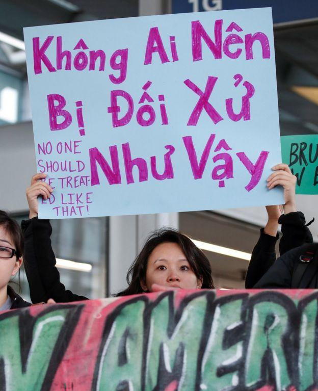 亚裔群众于芝加哥奥黑尔国际机场联合航空柜台前集会声援被殴乘客陶成德(11/4/2017)