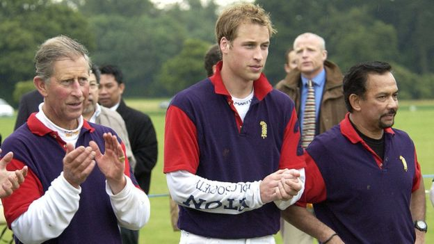 The Sultan of Brunei with the princes Carlos and William of England, during a polo tournament.