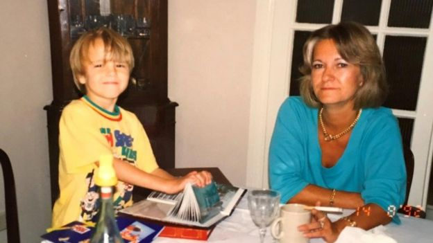David Challen com a mãe, na infância