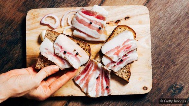 Uma porção de 85g de gordura de bacon tem cerca de 30g de gordura saturada, o limite diário recomendado para os homens