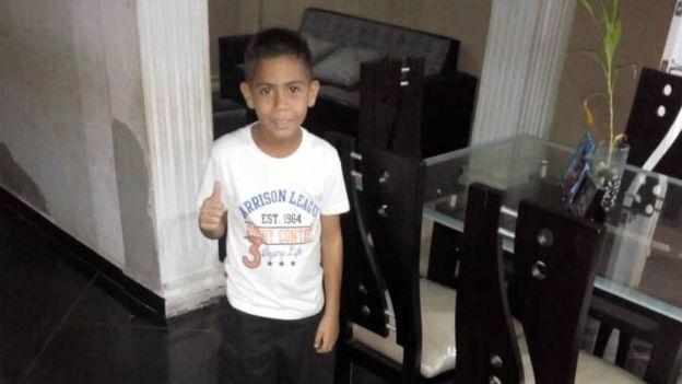 Brayan posando para una foto en su casa