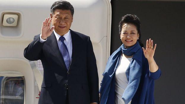 Xi Jinping ve ünlü bir Çin halk şarkıcısı olan eşi Peng Liyuan