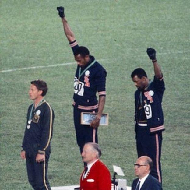 Foto de Peter Norman y sus compañeros en el podio.