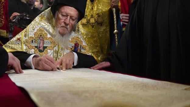 Вселенський патріарх підписує томос