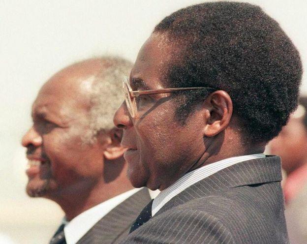Mugabe yategekanye na Perezida wa mbere wa Zimbabwe Canaan Banana (uri ibumoso) kugeza mu 1987, nyuma yaho afata umwanya wa perezida. Iyi foto yabo ni yo mu 1986.